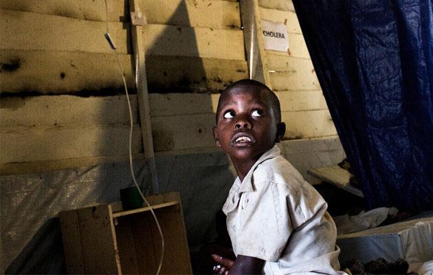 Syvårige Imani har fået kolera. Derfor får han lægehjælp af vores medarbejdere i Den Demokratiske Republik Congo.