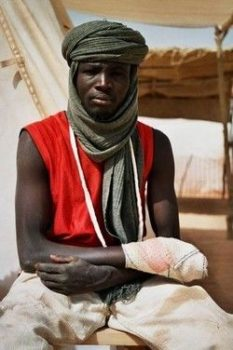 18-06-2007940_Chad_Refugees_Camp_Tine_wounded_man_FEB04.jpg