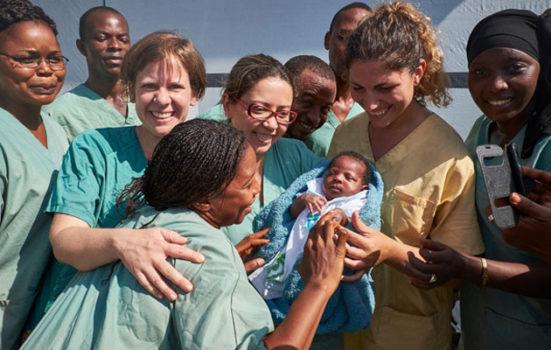 Den lille pige Nubia var den sidste ebola-patient i Guinea. Her bliver hun udskrevet fra et ebola-behandlingscenter i Conakry i november.