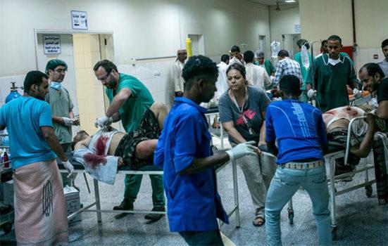 Sårede patienter vælter ind på et hospital i Yemen.